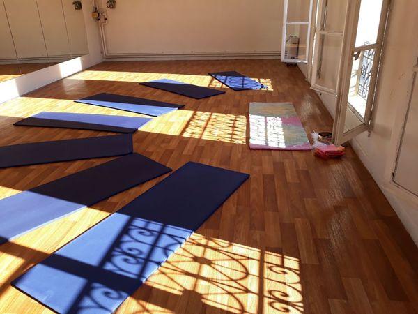 les outils du yoga incluent les postures (asanas), la respiration contrôlée (pranayamas), les mantras, la relaxation (savasana)...