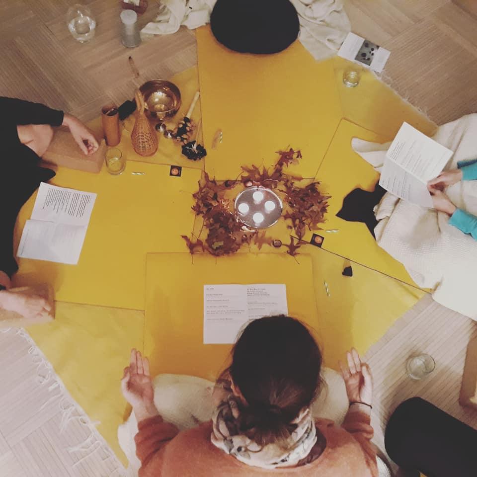 atelier mantras à Holom pour du yoga du son -  respirations guidées, mantras, relaxation finale
